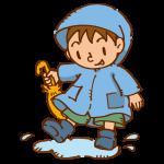 水たまりで遊ぶ男の子