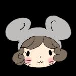 ネズミのフードをかぶる女の子