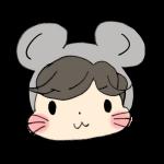 ネズミのフードをかぶる男の子